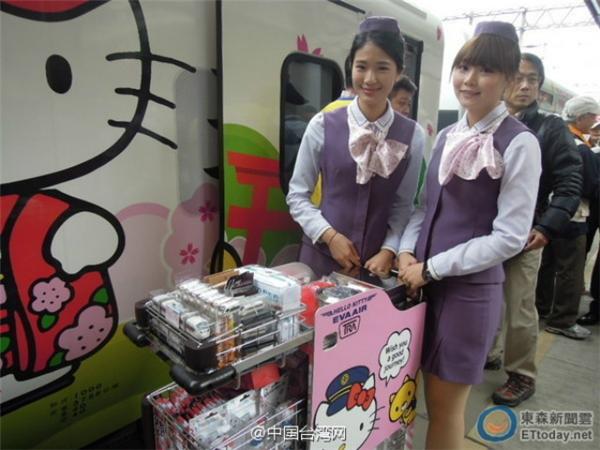Cả hành khách lẫn tiếp viên đều rất háo hức khi đi trên chuyến tàu Hello Kitty đầu tiên tại Đài Loan này. (Ảnh: Internet)