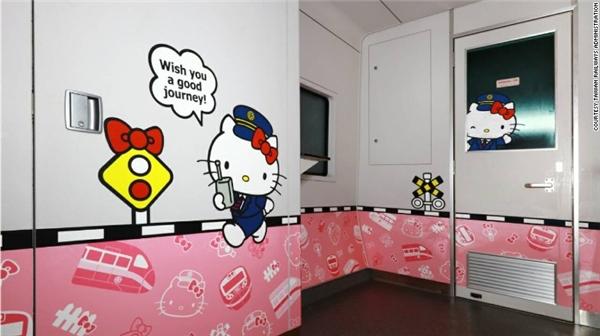 """""""Trưởng tàu"""" Hello Kitty có mặt khắp nơi trên tàu nhằm tạo cảm giác cô nàng luôn theo sát các hành khách của mình. (Ảnh: Internet)"""