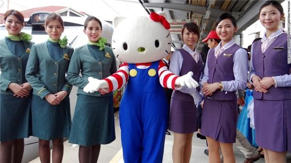 Tàu Hello Kitty sẽ chạy vào mỗi thứ Sáu, thứ Bảy và Chủ nhật và các nhân viên trên tàu rất hân hạnh phục vụ quý hành khách. (Ảnh: Internet)
