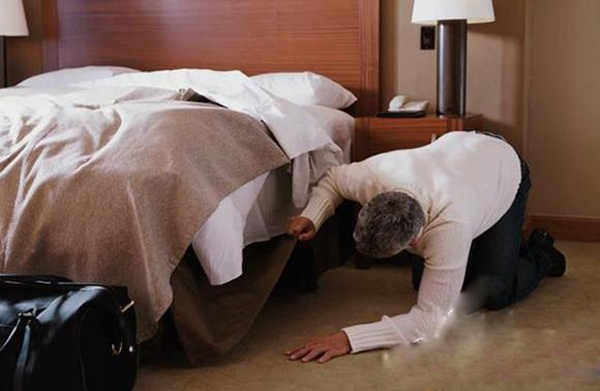 Người chọn tìm vật bị mất người gầm giường đầu tiên thường là người đa cảm. (Ảnh: Intenet)