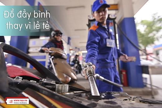 Ở trạng thái gần hết xăng, động cơ sẽ sử dụng nhiều nhiên liệu hơn. Do đó, nên đổ đầy bình để đi thay vì đổ lẻ tẻ, vừa tốn công vừa tốn tiền.