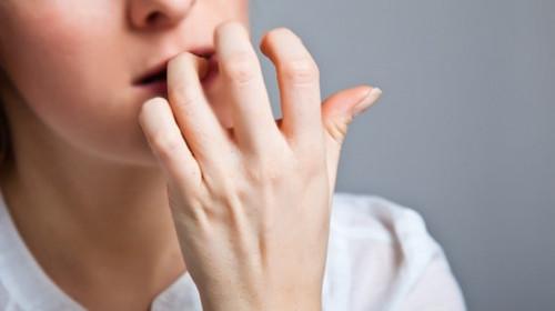 Việc cắn móng tay không những không giảm stress mà còn khiến chúng ta căng thêm sự căng thẳng, mệt mỏi.