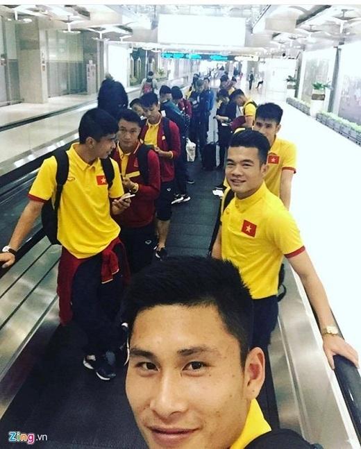 Nhóm số 2 gồm 22 cầu thủ và thành viên ban huấn luyện đang chờ nối chuyến tại Iran. Họ phải ngồi chờ tại sân bay tại Doha (Qatar) suốt 7 tiếng đồng hồ.