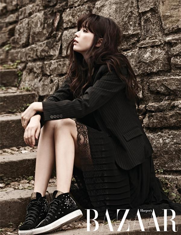 Tựa nhẹ người vào tường, vịn tay vào lan can hay ngồi bên bậc thang có thể có được một bức ảnh đẹp. (Ảnh: Internet)