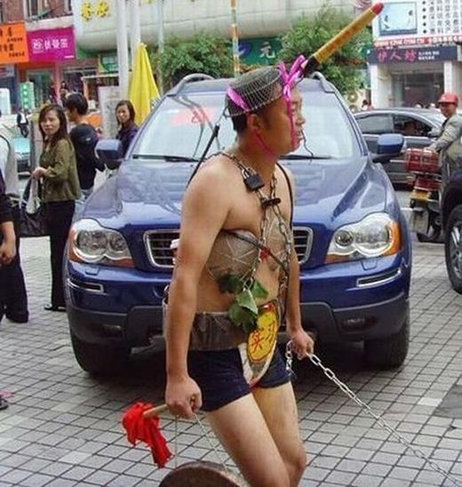 Phong cách mát mẻ đi dạo trên phố.