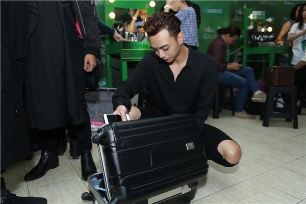 Vẻ mặt của Soobin khi cặm cụi kiểm tra đồ cho đêm diễn được các fan cho là... không khác một cậu bé đang chăm chú soạn thời khóa biểu cho buổi học sắp tới. - Tin sao Viet - Tin tuc sao Viet - Scandal sao Viet - Tin tuc cua Sao - Tin cua Sao