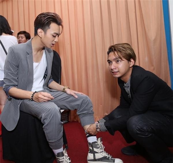 Tối đó, Soobin còn được stylist Bảo Paul chăm chút, cột dây giày giúp như một cậu bé. - Tin sao Viet - Tin tuc sao Viet - Scandal sao Viet - Tin tuc cua Sao - Tin cua Sao