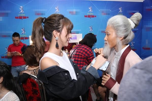 """Quỳnh Anh Shyn thích thú vuốt ve chòm râu giả của """"bà bạn thân"""" Khả Ngân. - Tin sao Viet - Tin tuc sao Viet - Scandal sao Viet - Tin tuc cua Sao - Tin cua Sao"""