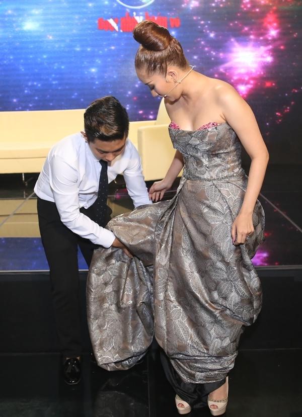 Hết chỉnh sửa trang phục giúp vợ, Phan Hiển lại ghi điểm khi cúi người nâng váy để Khánh Thi di chuyển dễ dàng hơn/ - Tin sao Viet - Tin tuc sao Viet - Scandal sao Viet - Tin tuc cua Sao - Tin cua Sao