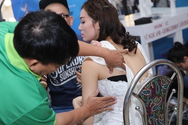 """Do ảnh hưởng của chấn thương nên Khánh My phải nhờ người xem xét vết thương trước khi """"lên sàn"""". - Tin sao Viet - Tin tuc sao Viet - Scandal sao Viet - Tin tuc cua Sao - Tin cua Sao"""