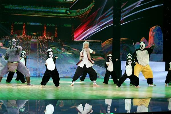 """Vương Khanh trong vai Panda mậplà bạn nhảy đặc biệtKhả Ngân trong tiết mục. Sự xuất hiện của cậu nhóc làm đất trời """"rung chuyển"""". - Tin sao Viet - Tin tuc sao Viet - Scandal sao Viet - Tin tuc cua Sao - Tin cua Sao"""