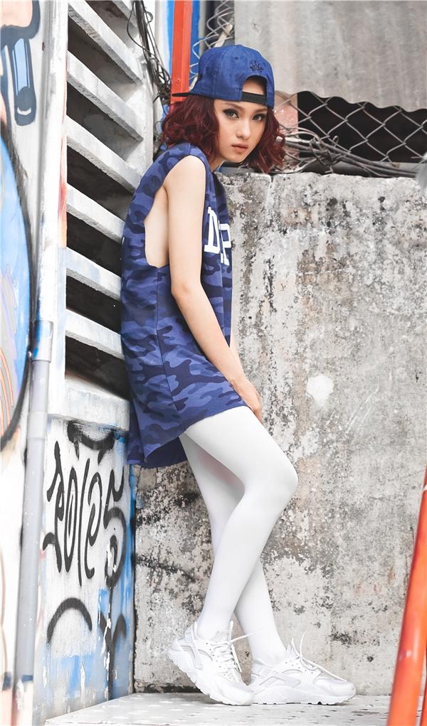 Vốn theo đuổi dòng nhạc EMD mạnh mẽ nênTy Tyrất phù hợp với hình ảnh phóng khoáng, trẻ trungpha chút nổi loạn. Trong set đồ này cô nàng tỏ ra tự tin với áo đầm xuông tông màu xanh dương trẻ trung, nổi bật.