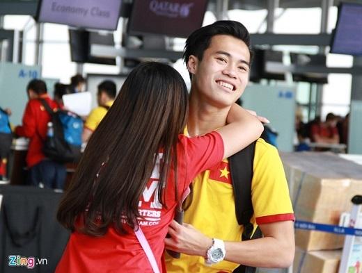 """Tiền đạo Văn Toàn bất ngờ khi được fan nữ chạy tới ôm tiễn biệt tại sân bay.Sau màn ra mắt ấn tượng với cú đúp vào lưới Đài Loan, Văn Toàn chia sẻ cảm giác vui mừng và tự hào khi cá nhân đạt được thành tích đó. """"Đây là lần đầu tiên em được khoác áo đội tuyển và ghi bàn, đó là niềm hạnh phúc em sẽ ghi nhớ mãi"""", Văn Toàn chia sẻ."""
