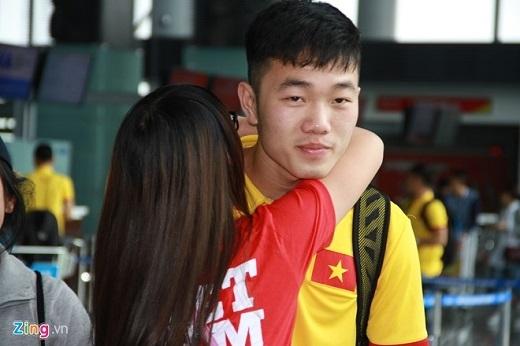 Xuân Trường cũng nhận được sự chú ý từ nhóm fan nữ sau khi trở về từ Hàn Quốc. Tiền vệ sinh năm 1995 liên tiếp nhận được những câu hỏi về quốc sống ở CLB Incheon United, bên cạnh đó là những cái ôm thật chặt và lời chúc quyết thắng trong trận đấu với Iraq vào 29/3 tới.