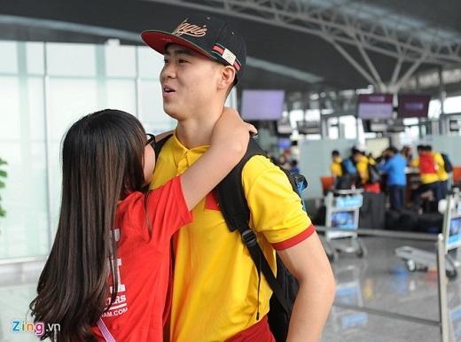 Duy Mạnh cũng thân thiện đáp lại sự nồng nhiệt từ người hâm mộ. Tiền vệ của Hà Nội T&T được tung vào sân thay Tuấn Anh ở phút 74 của trận đấu tối 24/3.