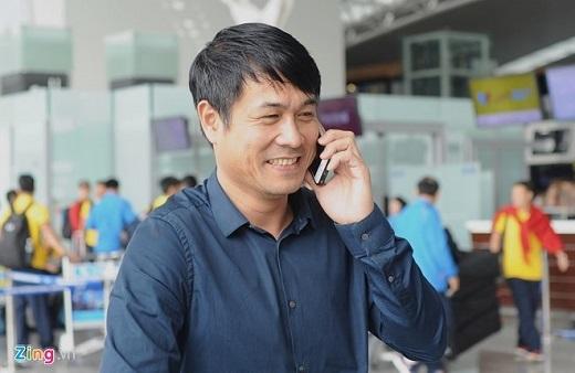 HLV Hữu Thắng có mặt tại sân bay cùng toàn đội, nhưng ông từ chối trả lời phỏng vấn truyền thông vì chưa thông qua Liên đoàn bóng đá Việt Nam (VFF). Mục tiêu của vị HLV sinh năm 1971 là giành ít nhất 1 điểm trước đội bóng hàng đầu châu Á Iraq.