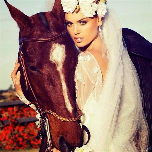 Stephania Vasquez Stegmanđượcđánh giá cao bởi vẻđẹp quyến rũ, nóng bỏng cùng tính cách thân thiện, hoàđồng. Cô là Hoa hậu Siêu quốc giađầu tiên chiến thắng danh hiệu này.