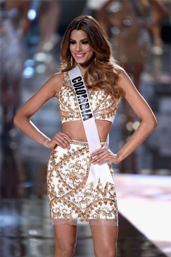 Trong top 5 cuối cùng làÁ hậu 1 Hoa hậu Hoàn vũ 2015Ariadna Gutierrez.Mặc dù gặp phải sự cố trongđêm trao giải nhưng ngườiđẹpđến từ Colombia lại nhanh chóng thu hút sự chúý và trở thành một trong những gương mặt gạo cội hiện nay.