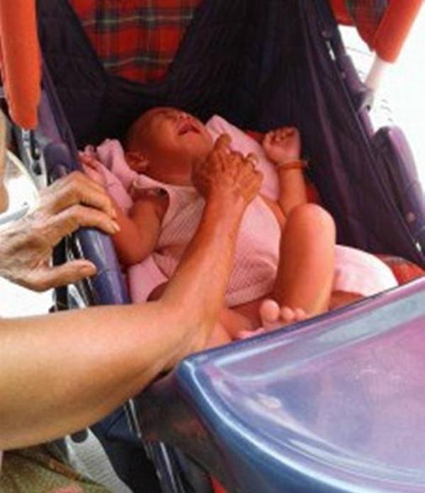 . Em bé khóc liên tục vì quá đói.