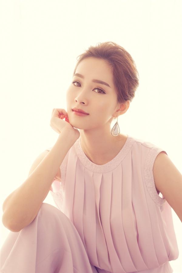 Cận cảnh nhan sắc ngọt ngào, sắc sảo đến khó thể rời mắt của Hoa hậu Việt Nam 2012. Đầu năm 2016 này, Thu Thảo được chọn làm gương mặt đại diện cho một thương hiệu thời trang lớn trong nước nhờ gu thời trang tinh tế, hình ảnh sạch sẽ.