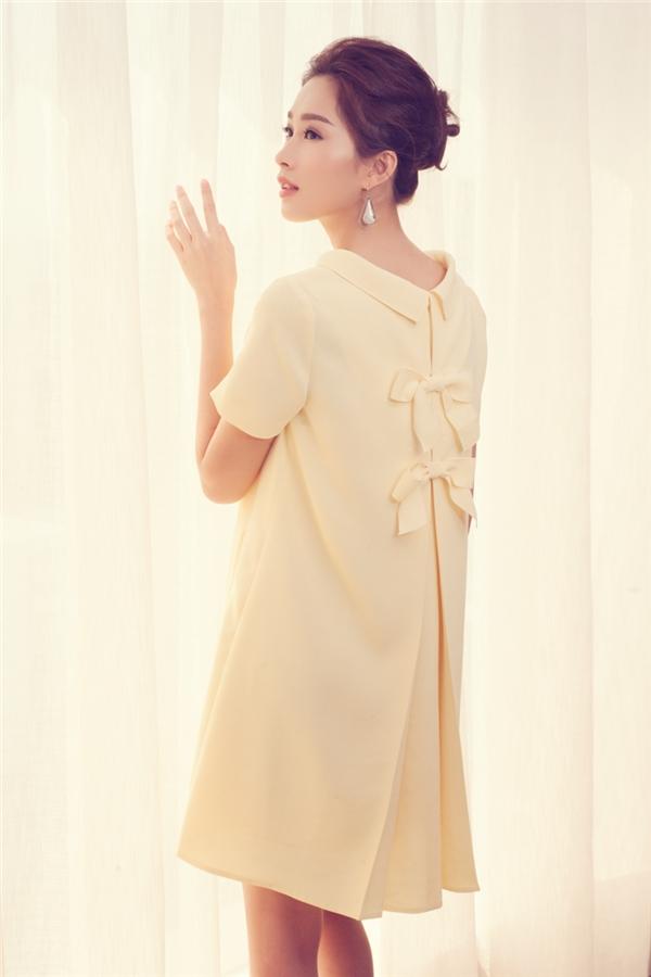 Hoa hậu Việt Nam 2012 giấu đường cong trong phom váy rộng được tạo điểm nhấn bởi đường cắt sâu, hoạ tiết nơ điệu đà. Sắc vàng chanh như thu trọn cả sự ấm áp của những tia nắng mùa Xuân - Hè.