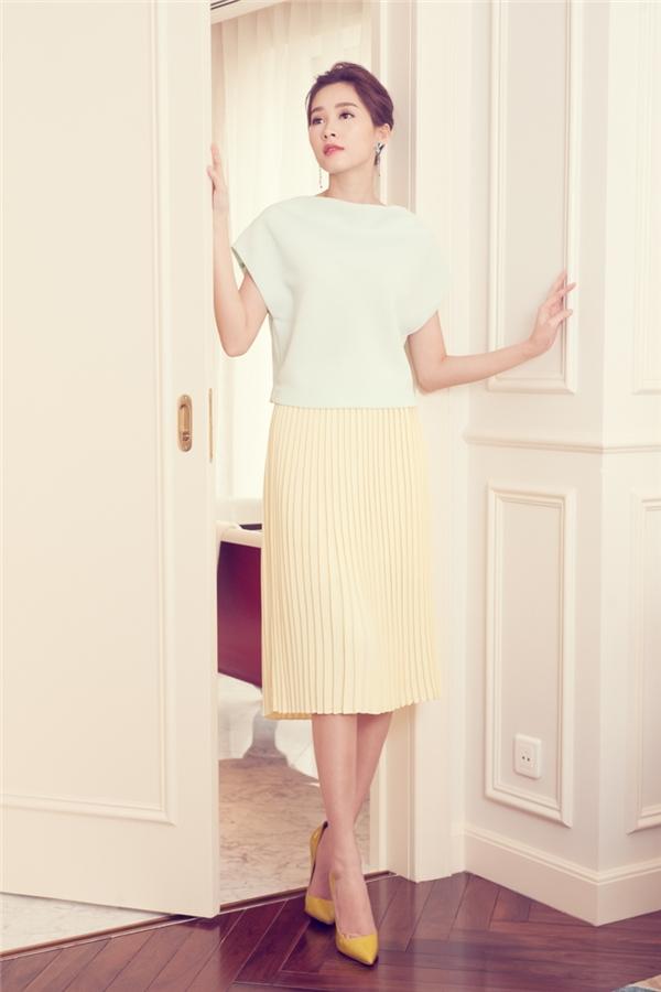 Trong mùa thời trang Xuân - Hè năm nay, chân váy xếp li trở thành xu hướng được phái đẹp khá ưa chuộng. Hai tông màu xanh, vàng ngọt ngào vừa thể hiện nét đẹp hiện đại vừa phảng phất nét duyên dáng, cổ điển.