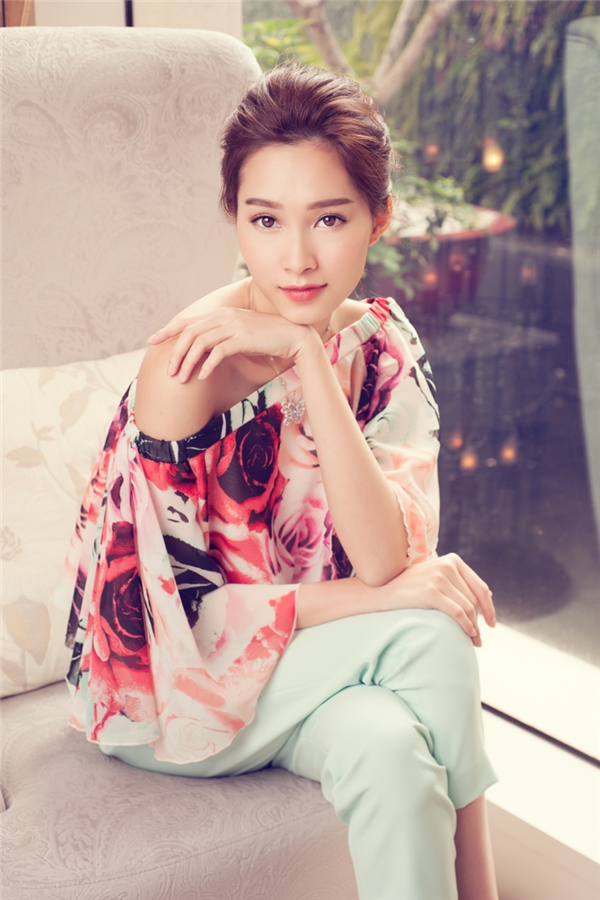 Cùng sử dụng sắc xanh ngọt ngào, nếu như chiếc váy phom rộng mang lại vẻ ngoài điệu đà, trẻ trung thì quần âu phối cùng áo hoa lại thể hiện nét đẹp thanh lịch, hiện đại.