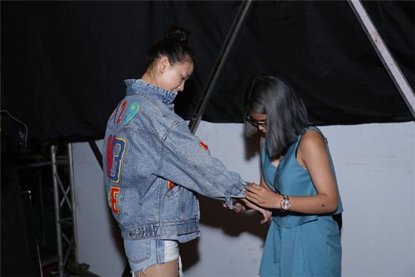 Maya được một người bạn giúp chỉnh sửa trang phục cho tiết mục tổng duyệt của mình. - Tin sao Viet - Tin tuc sao Viet - Scandal sao Viet - Tin tuc cua Sao - Tin cua Sao