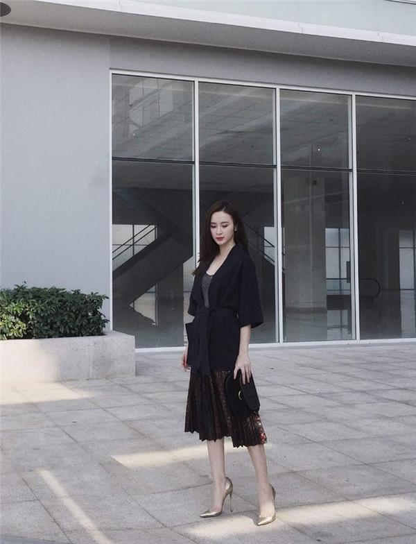 Không chỉ trên thảm đỏ, gu thời trang đời thường của Angela Phương Trinh cũng được đánh giá khá cao. Xuống phố tuần qua, nữ diễn viên chọn diện cả cây đen cá tính kết hợp giữa chân váy, áo phông cùng áo khoác bên ngoài mang đậm phong cách thời trang Nhật Bản.
