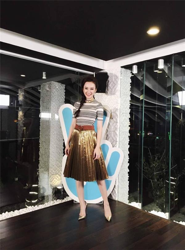 Bộ trang phục giúp Angela Phương Trinh nổi bật và thu hút nhờ chất liệu ánh kim ở phần chân váy.