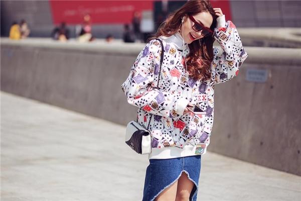 Đeo chiếc túi Chanel nhỏ xinh nhưng Minh Hằng vẫn đủ tạo nên sức hút bởi sự tương phản giữa hai tông màu trắng, đen.