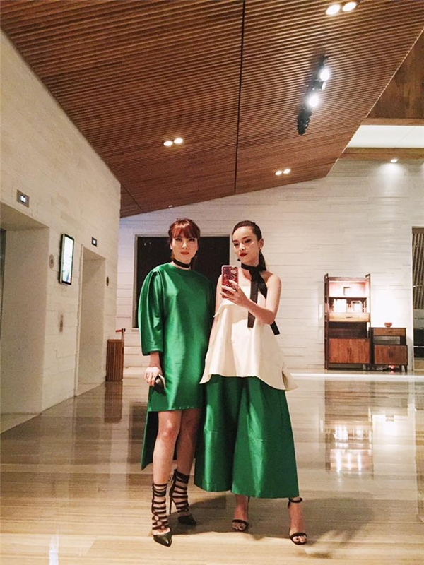 Hai chị em nhà Yến Trang, Yến Nhi luôn ghi điểm với những bộ trang phục lạ mắt, độc đáo. Sự kết hợp giữa hai tông màu xanh, hồng trên nền phom váy, áo rộng tạo nên sự dung hoà tuyệt đối đến từng đường nét.