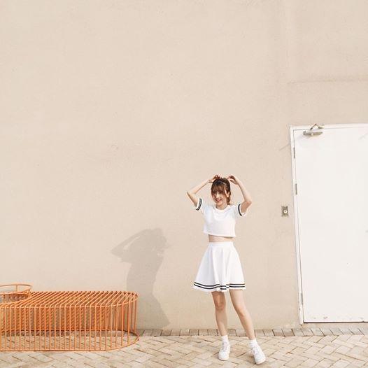 Quỳnh Anh Shyn tươi trẻ, năng động với sắc trắng kết hợp những đường viền đen tương phản tông màu.