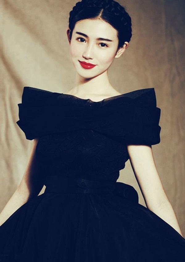 Cô nàng từng được so snahs có vẻ đẹp khá giống với Lưu Diệc Phi.