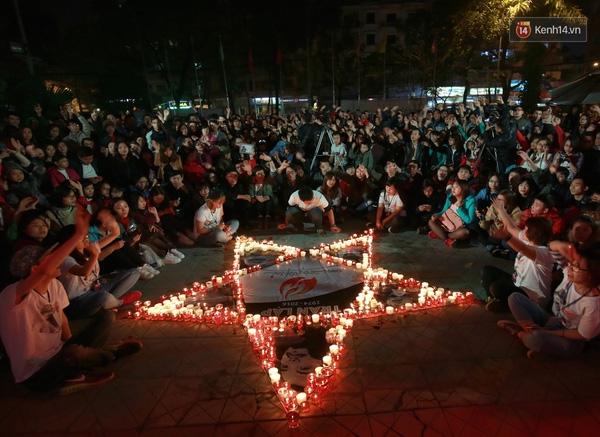 Ngôi sao 5 cánh với những ánh nến xung quanh được xếp để tưởng nhớ Trần Lập - Tin sao Viet - Tin tuc sao Viet - Scandal sao Viet - Tin tuc cua Sao - Tin cua Sao