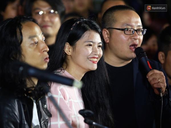 Nàng Ban - Thùy Chi đã kịp có mặt tại chương trình với chiếc bánh dành tặng cho mọi người - Tin sao Viet - Tin tuc sao Viet - Scandal sao Viet - Tin tuc cua Sao - Tin cua Sao