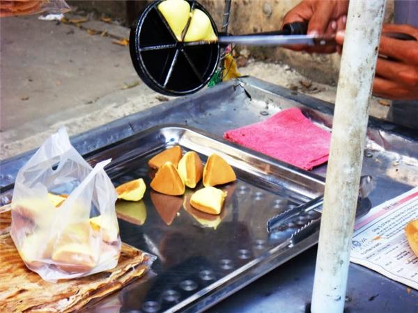 Bánh được cho sẵn vào túi nilon để bán cho khách qua đường. Ảnh: internet