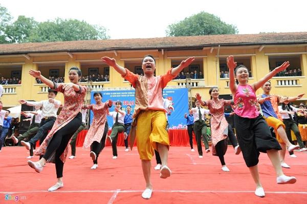 Mỗi đội thi có khoảng 40 - 50 thành viên, trình diễn hai bài tự chọn và bắt buộc (phải có một trong ba bài cơ bản: Việt Nam ơi, Waka waka hoặc Trống cơm).