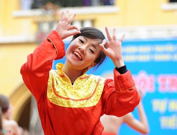 Cô gái đáng yêu trong điệu nhảy Trống cơm.