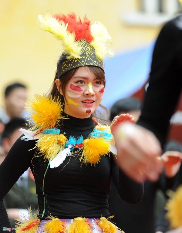 Nữ thổ dân xinh đẹp của chuyên khoa 2a đã trình bày điệu nhảy hoang dã, bốc lửa và giành giải nhì cuộc thi.