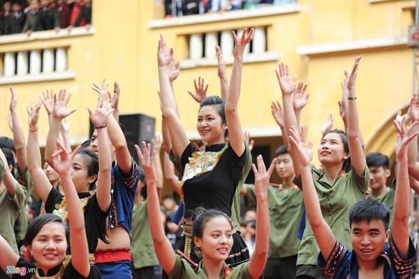 Hoa khôi Học viện An ninh nhân dân năm 2015 - Huệ Nhi - nổi bật trong đội hình của chuyên khoa 1a.