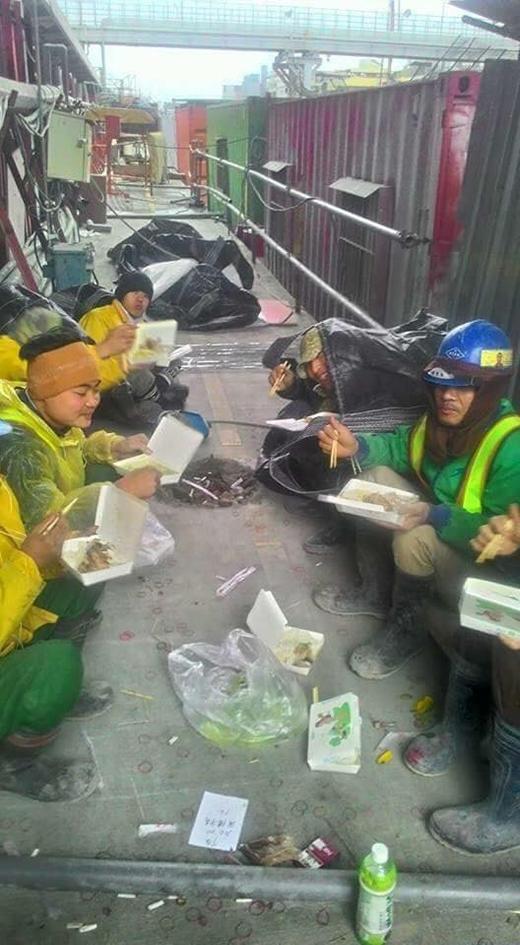 Hẻm ăn trưa của những công nhân vệ sinh môi trường (Ảnh: FB)