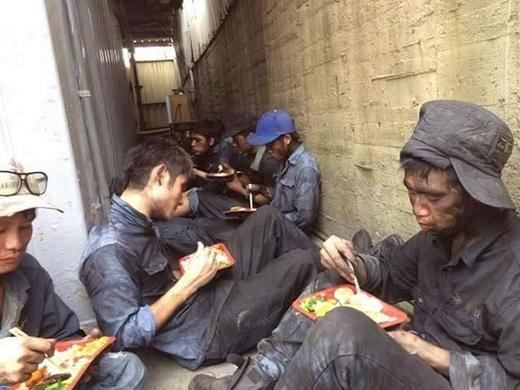 Các công nhân tranh thủ ăn trưa sau giờ làm việc vất vả. (Ảnh: FB)
