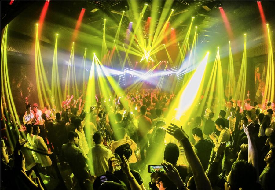 Hệ thống trình diễn ánh sáng trong hai đêm mở đầu Vietnam Electronic Weekend có thể nói sánh ngang với các đại nhạc hội lớn ở châu Á như Sonic Bang (ở Thái Lan) hay Fuji Mountain Festival (Nhật Bản).