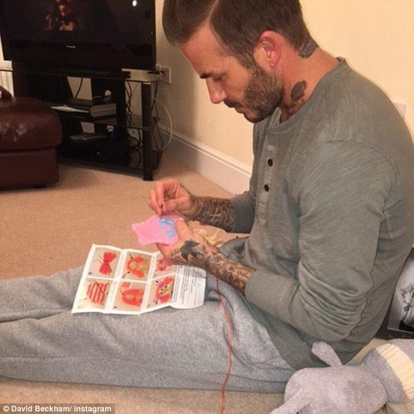"""Trên trang Instagram, Victoria vừa khoe tấm hình ông xã Beckham đang kiên nhẫn khâu vá để làm váy búp bê theo lời năn nỉ của cô con gái Harper Seven. """"Beckham đang khâu váy búp bê cho Harper! Em và các con yêu anh"""", Victoria chia sẻ. Bức hình thu hút được hơn 300 ngàn lượt like và hàng ngàn comment. """"Điều này càng làm cho Beckham trở nên đáng yêu hơn"""", một trong vô vàn lời khen dành cho cựu thủ quân ĐT Anh."""