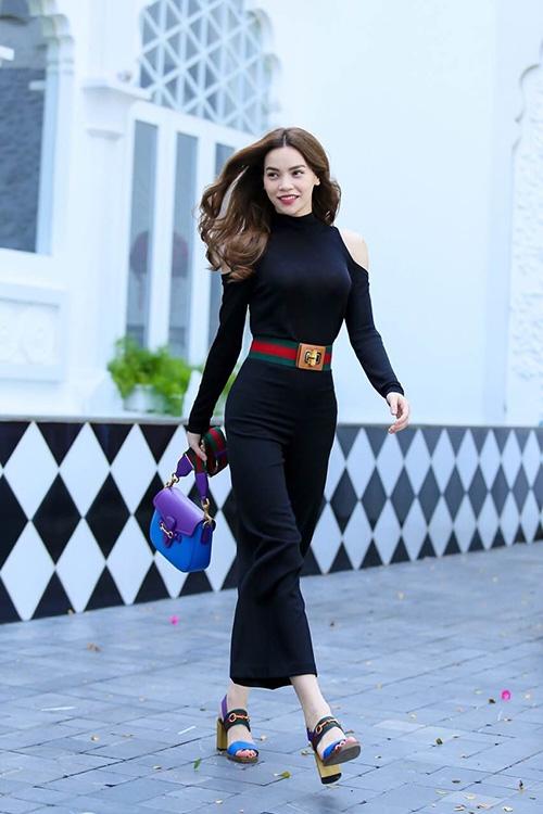 Hồ Ngọc Hà ngày càng ưa chuộng những trang phục đơn giản, gọn nhẹ khi đến tham dự tiệc tùng. Diện cả cây đen cá tính, những mảng màu nổi bật của phụ kiện được nữ ca sĩ tạo thành điểm nhấn thú vị cho cả tổng thể.