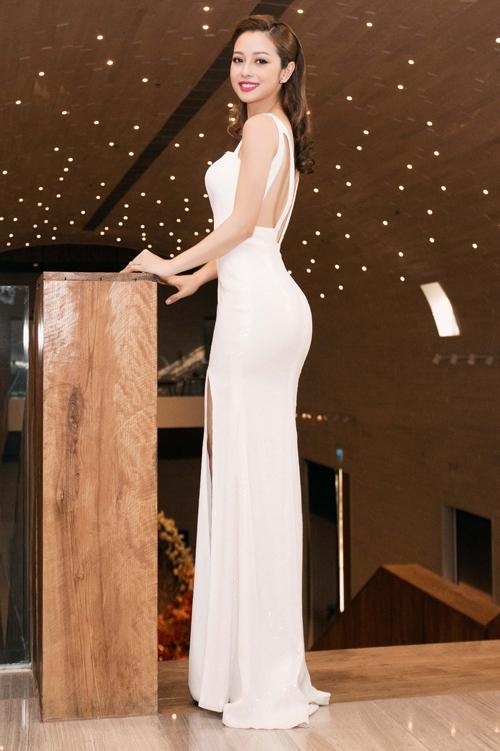 Jennifer Phạm phô diễn trọn vẹn đường cong trên cơ thể trong dáng váy ôm sát kết hợp những đường cắt xẻ táo bạo ở chân, lưng.