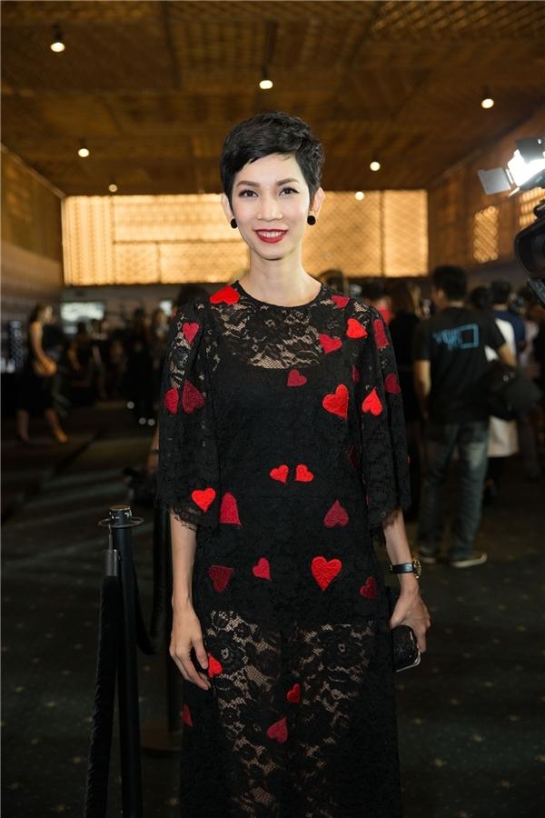 Siêu mẫu Xuân Lan khoe sắc vóc mỏng manh trong bộ váy ren đen kết hợp hoạ tiết trái tim màu đỏ rực rỡ. Đây là thiết kế nằm trong bộ sưu tập Thu - Đông 2015 của nhà thiết kế Đỗ Mạnh Cường với tên gọi Love.