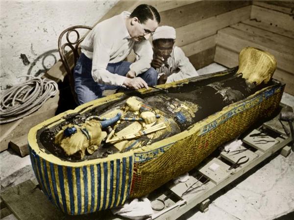 Howard Carter (trái) đang xem xét chiếc quách của Vua Tutankhamen vào năm 1922. Ông qua đời vào năm 64 tuổi vì bệnh ung thư hạch. (Ảnh: National Geographic)