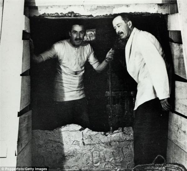 Howard Carter cùng Bá tước Carnarvon (phải) bên trong ngôi mộ của Tutankhamen. Carnarvon chết vì nhiễm độc máu do muỗi cắn. (Ảnh: Daily Mail)